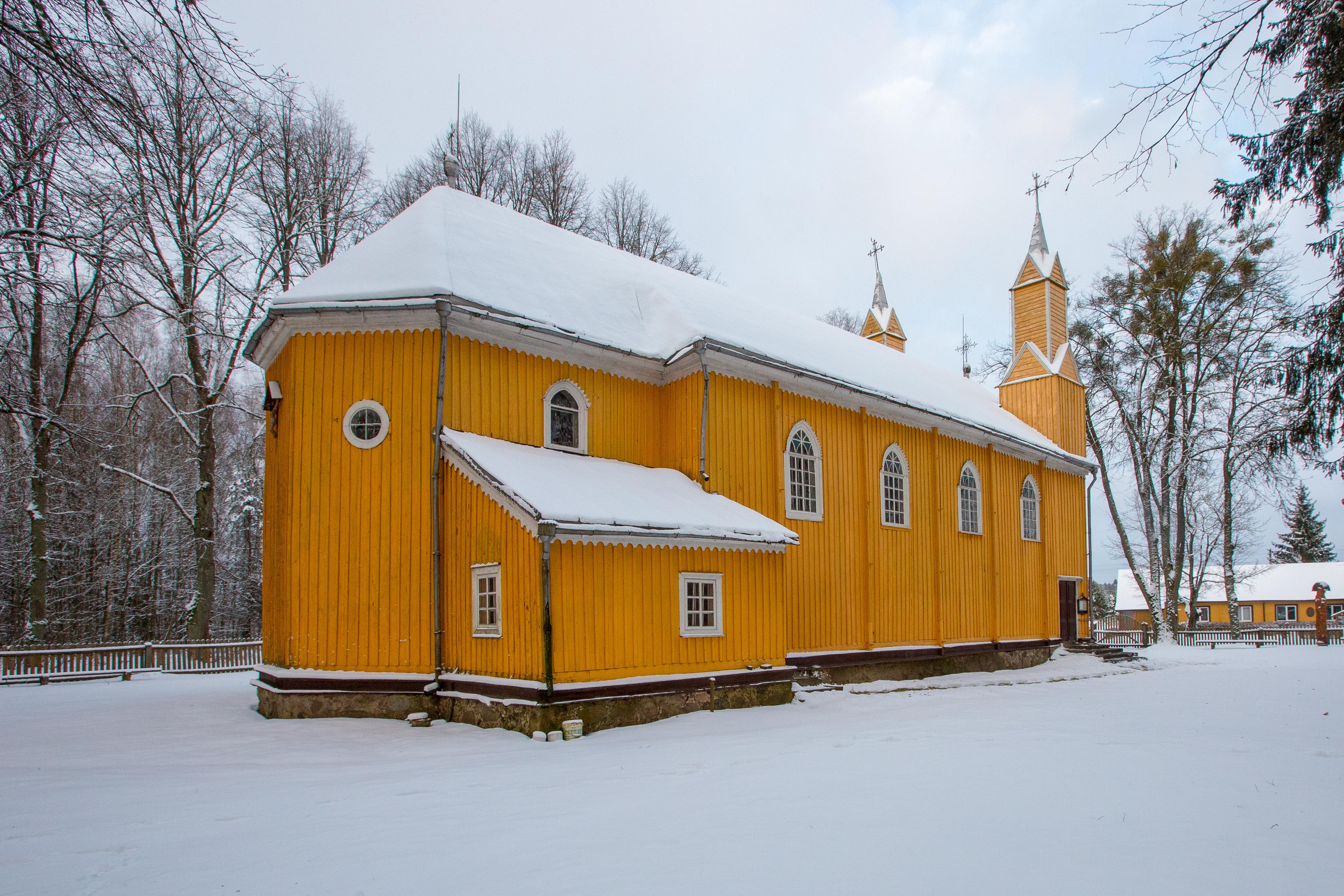 Dėl savo unikalumo ir ilgaamžiškumo senoji liaudies architektūra – itin vertinama. Vienas iš jos pavyzdžių, kurių esama ne tiek ir daug – senoji Kabelių Švč. Mergelės Marijos Ėmimo į dangų bažnyčia. Ryškiai geltona ir savitumu alsuojanti bažnyčia puošia Kabelių kaimą, nuo Marcinkonių nutolusį per 15 km. Bažnyčia jau yra suskaičiavusi pirmąjį savo šimtmetį – pastatyta dar 1911 m.