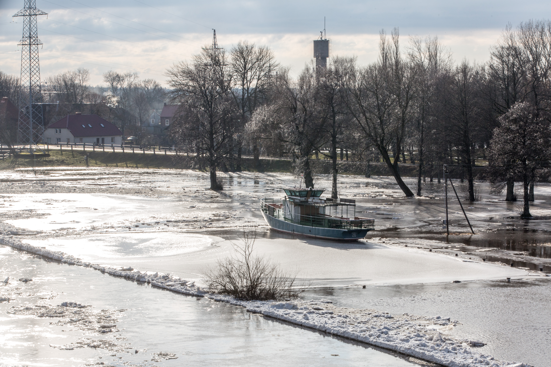 """Net ir labai smarkiai šalčiu besikandžiojanti žiema turi savo žavesio – neįprastai gražiai papuošia gamtą. Spindintis šaltukas ant medžių šakų, po didžiuliu sniego sluoksniu pasislėpę ir gerokai įšalę ežerai bei upių """"kova"""" su šalčiu. Ir ledonešis – vienas iš reginių, kviečiančių žmonės nuo tiltų ar pakrančių pasigrožėti srauniu ledo lyčių lėkimu."""