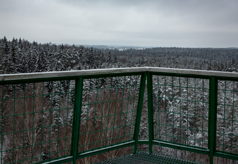 Aukštaitijoje, Sirvėtos regioniniame parke, nesunku rasti smalsuolių ir puikių reginių mėgėjų itin lankomą objektą – Senadvario apžvalgos bokštą.Pastarasis turi ne vieną vardą, neretai pavadinamas ir Švenčionių, ir Meilūnų apžvalgos bokštu. Gamtos mėgėjus čia atvilioja galimybė nuo 26 metrų aukštyje įkurtos aikštelės pažvelgti į beribius miškų tolius, iš žiemos miego dar nepabudusius vienkiemius bei baltuojančias, storu sniego patalu uždengtas pievas.