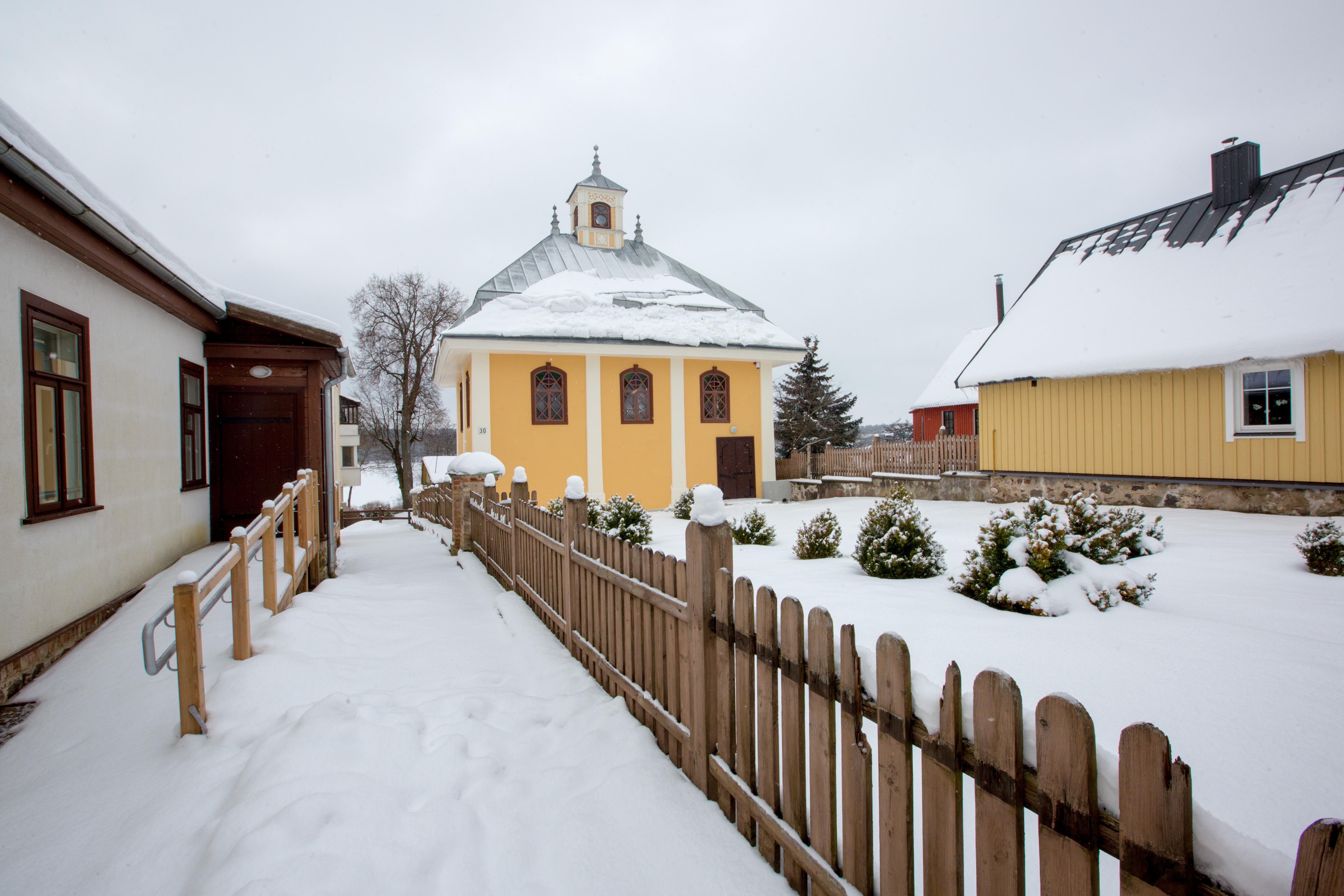 Karaimų maldos namai yra vadinami kenesomis, o seniausia tokia Lietuvoje įsikūrusi Trakuose. Pirmoji kenesa čia išdygo dar XV a., tačiau medinis pastatas ne kartą kentėjo nuo ugnies, taigi kelissyk buvo atstatomas, rekonstruojamas. Statinys yra unikalios architektūros – kvadrato formos su keturšlaičiu dviejų pakopų stogu, o pastato fasadas – asimetriškas.