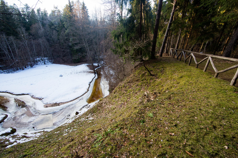 """Anykščiuose, netoli Stakių kaimo, kairiajame Variaus upelio krante, """"įsitaisiusi"""" atodanga. Pavadinta tokiu pat vardu kaip ir upelis – Variaus. Gamtos paveldu šis objektas laikomas jau gerus tris dešimtmečius – nuo 1987-ųjų. Čia gamtos mylėtojai kviečiami pažvelgti į puikų kraštovaizdį iš 15 metrų aukščio. Atodanga palei Variaus upelį driekiasi apie 26 metrus."""