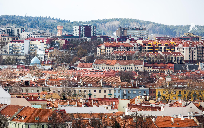"""Nors naktimis vis dar gąsdina šaltukas, o miškuose ir atokesnėse vietovėse dar gausu sniego patalų """"atraižų"""", žingsnis po žingsnio atkeliauja pavasaris. Vilnius jau, regis, visiškai išsivadavo iš sniego gniaužtų. Metant žvilgsnį į sostinę nuo Trijų Kryžių kalno matyti daugybė įvairiaspalvių stogų, Gedimino kalnas, bažnyčių bokštai. Miestas pabudo iš žiemos miego ir kantriai laukia, kol galės skęsti pavasario saulės spinduliuose."""