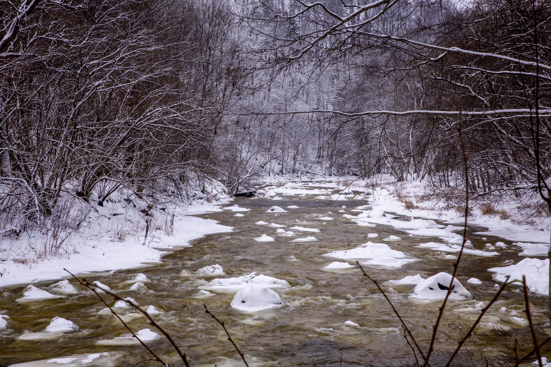 """Indijos toli ieškoti nereikia – ją atrasite ir Lietuvoje, Pagramančio regioniniame parke, užlipę ant tokio pat pavadinimo piliakalnio. Pats parkas įkurtas tam, kad būtų apsaugotas vingiuotų Akmenos ir Jūros upių kraštovaizdis, jų santaką supantys miškai. Sraunios ir į visas puses besisukiojančios upės palieka atodangų ir netgi """"apkandžiotą"""" piliakalnį, o ekstremalių pojųčių mėgėjus vilioja gausybe akmenų keterų – ar pavyks juos peršokti baidare sveikam gyvam?"""
