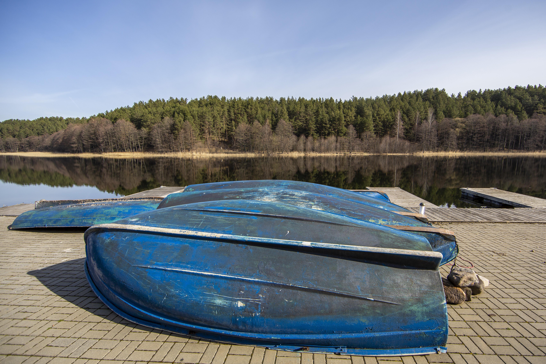 Stipriau pašildžius saulutei pradedame planuoti vasaros keliones – į jų sąrašą būtinai įtraukite pasiplaukiojimą baidarėmis ar valtimis Aukštaitijos nacionaliniame parke. Užsisvajojus, vienam ežerui keičiant kitą, šiame krašte galima pasiekti Žeimeną, o iš jos – net iki Kuršių marių nuplaukti. Tačiau neskubėkite išvykti nepabėgioję piliakalnių keteromis ir neatšventę visiems lietuviams brangaus vabzdžio – bitės – tarptautinės šventės.