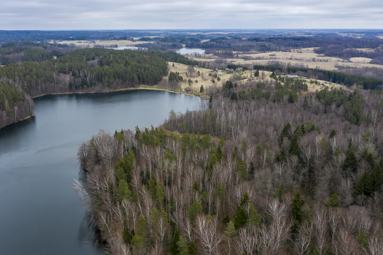 Sirvėtos regioninis parkas buvo įkurtas siekiant išsaugoti Švenčionių aukštumos grožį ir čia esančias gamtos vertybes. Regioninio parko kraštotvarkininkas Marius Semaška sako, jog dauguma vertybių čia – praėjusio paskutinio ledyno palikimas.